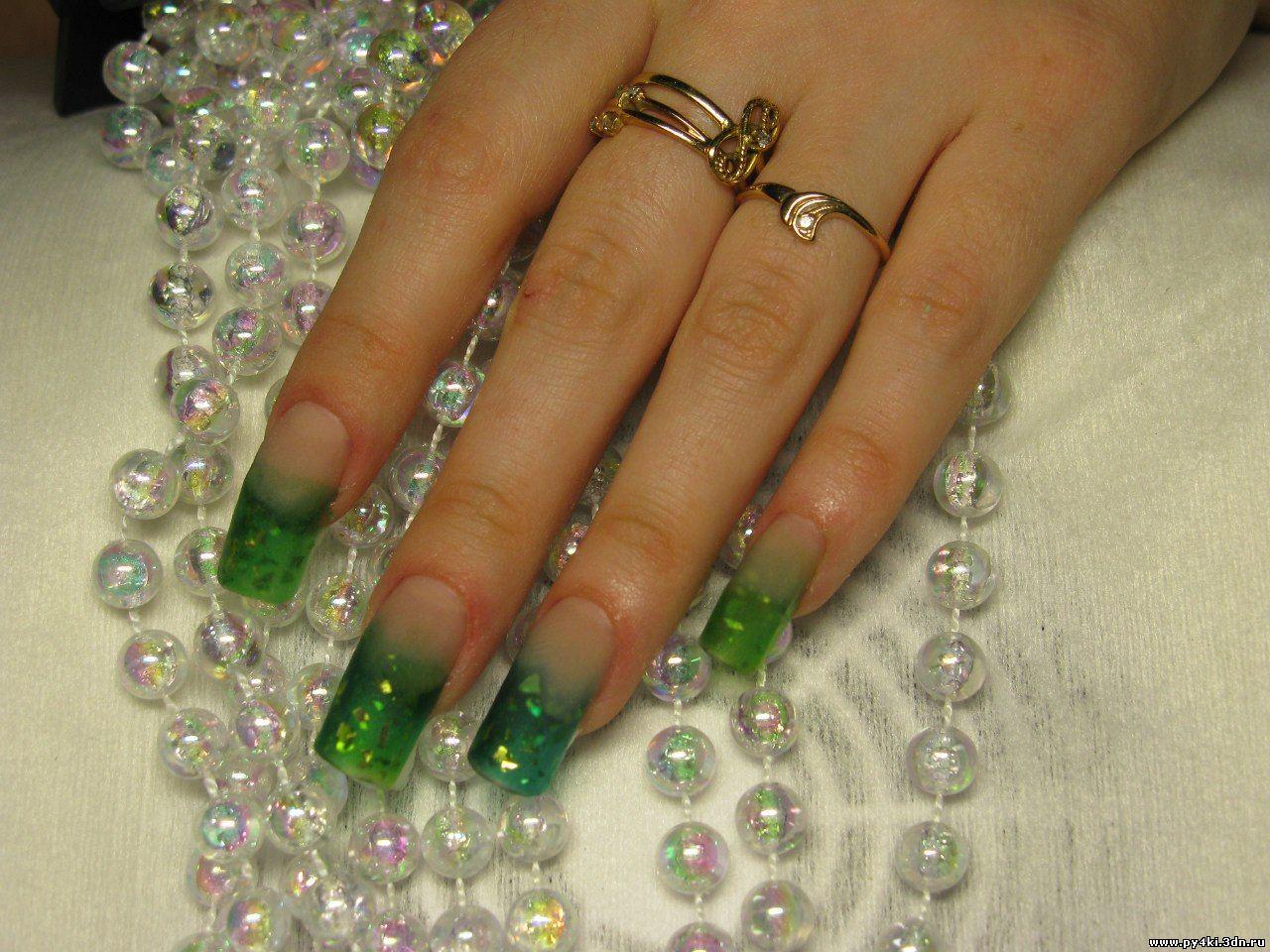 Золотой с зеленым френч на ногтях фото
